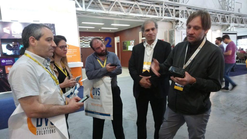 Italo Marinello, director para Latinoamérica & Caribe de Aviwest, junto a Guillermo Gilles, gerente Comercial Broadcast de BVS Technology Solutions en su presentación para la prensa realizada en CAPER SHOW 2019